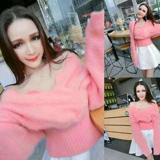 橘粉色花瓣邊大V領可露肩束袖束腰兔絨毛衣
