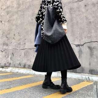 『自留~超百搭厚款微暗黑複合呢料A字百摺裙。黑 深綠2色』