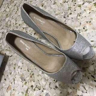 Anna Nucci glitters Heels