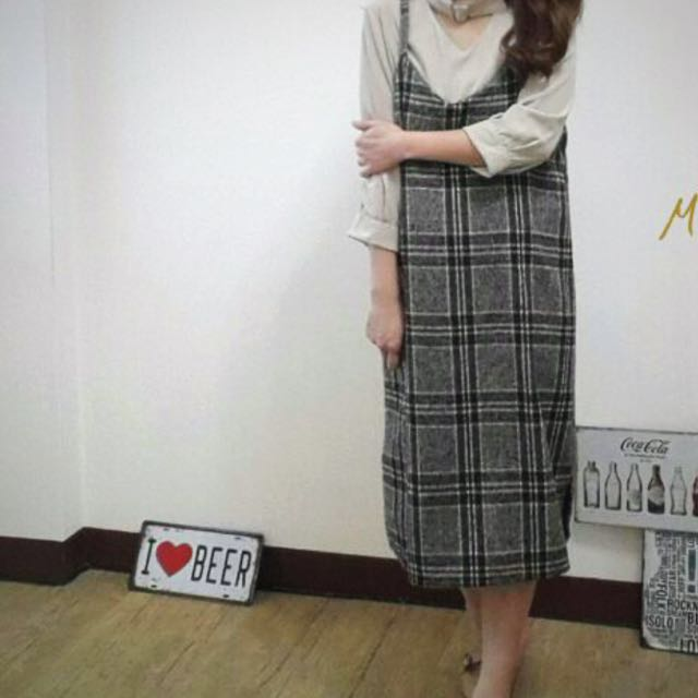 韓毛呢格紋吊帶裙。9成新。天毋店面購買。 原価1180元。
