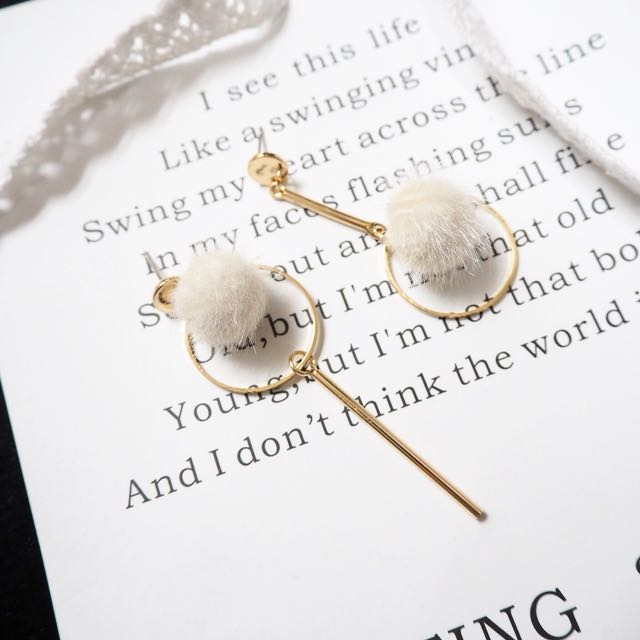 現貨😍米白不對稱毛球耳環