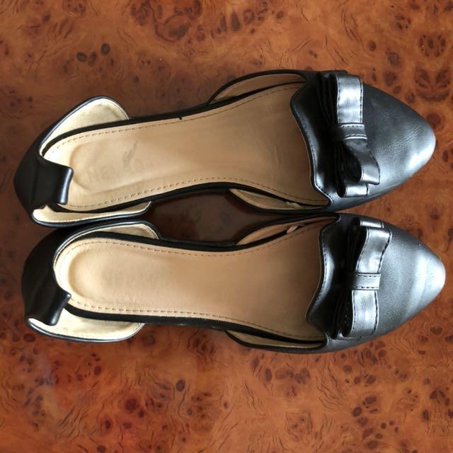 Code 1 • black sepatu tali (lost tali)