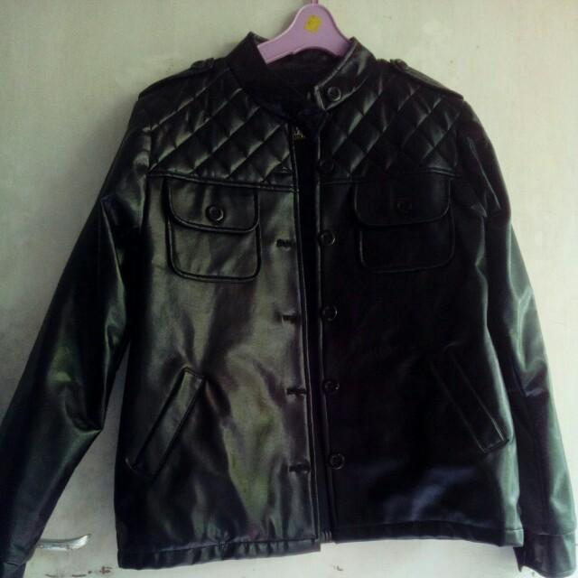 Jaket biker kulit imitasi