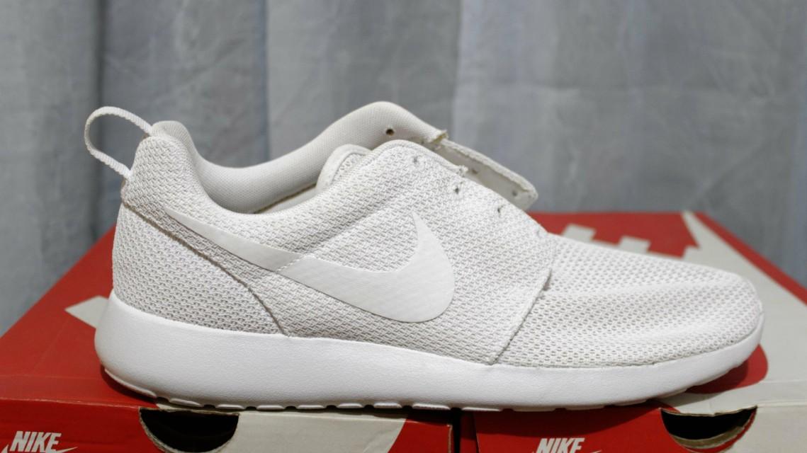 cf65bf43732bd Nike Roshe Run Triple White