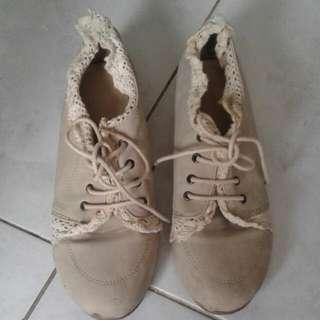Sepatu Cream