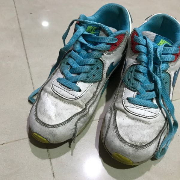 Nike 運動鞋 球鞋有點髒,如照片, 鞋帶頭有踩壞,頭部側邊有瑕疵, 尺寸偏小  高標慎入,不接受退換貨。
