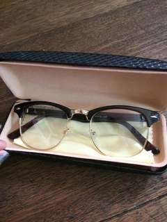 Fashionable Eyeglass with Case