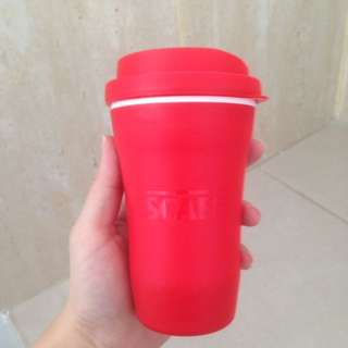 Gelas bawa minuman kopi atas teh