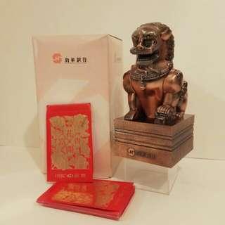 罕有盒裝全新:新華銀行錢箱1個 #附送珍藏舊版滙豐燙金短裝利是封100個  (歲月珍藏品)