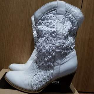 100% white leather boot