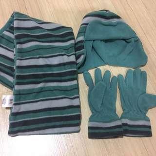 Set of scarves, cap & gloves for kids.