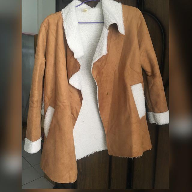 棕色羊羔毛外套