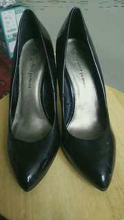 Size 6 black pointing heels.