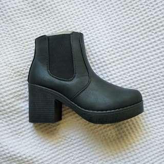 Chunky heeled Chelsea boot