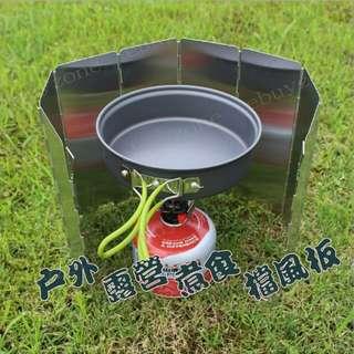 戶外爐頭擋風板  HK$38.00  材質 :進口鋁材,表面氧化亞光處理 展開尺寸:65.5×24CM(8片);鋁合金的厚度:0.4MM 摺疊尺寸:26*11*2CM 包裝 :可布袋包裝 重量 :約230克(很輕 很實用) 材質 :鋁合金,表面氧化亞光處理 適用 :各種GAS爐頭