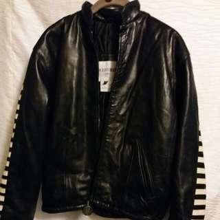 Dirk Bikkembergs 名牌挾棉皮褸。Size 38.  Made in Italy.  前面黑軟皮, 後面黑白間。  款式特別。  保暖有型。  有普通穿著痕跡。有內袋。