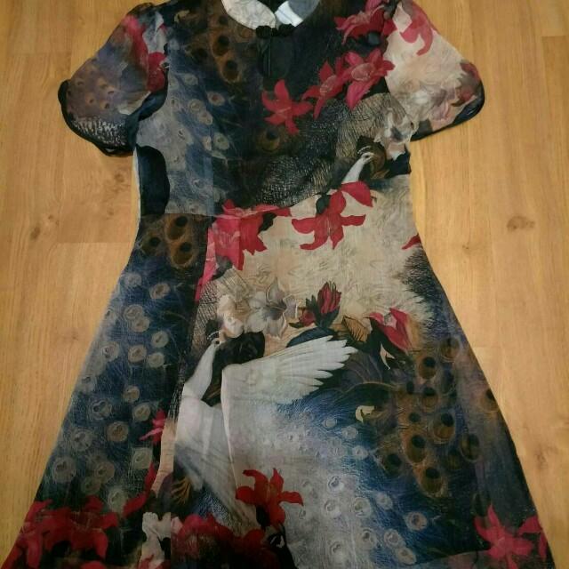 Dress cantik brand cina ukuran s fit m, sekali pake cuma dicoba2 doang soalnya kegedean. Bahan adem dan dingin dijamin gabakal rugi. Boleh nego tp jgn sadis ya shayyy💕