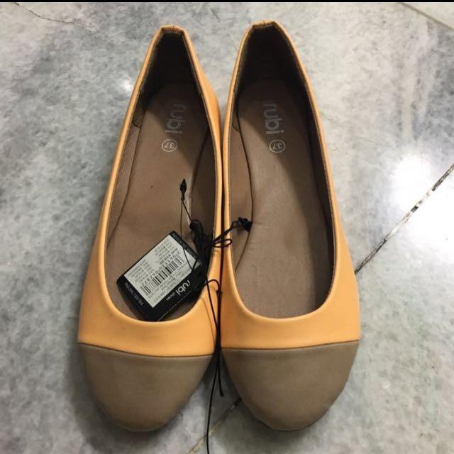 rubi flatshoes, msh baru beli 200rb di singapore. blm smpat pakai. agak kekupas sdkt kulit yg dekat alasnya. chat for more detail.