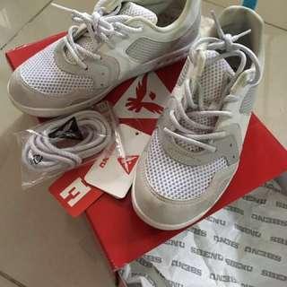 Sbenu white rubber shoes