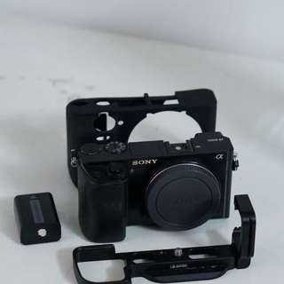 WTS SONY A6000 BODY ONLY WITH CAGE + 1 3RD PARTIES BATTERY + SILICONE
