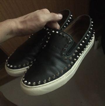 原價兩千多 古著 真皮 卯釘鞋 8.5號 CL類似款 很舊 !!注意 !需買鞋墊 有掉兩顆卯釘 但在不明顯位置 完美主義勿試 龐克
