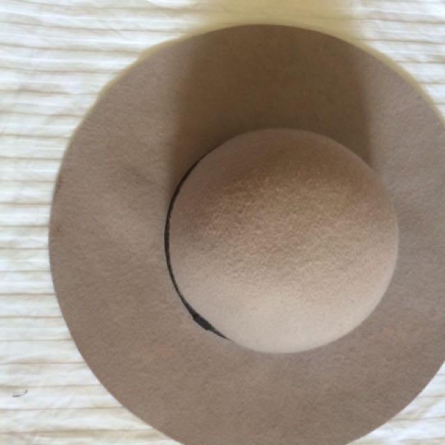 Grey wide-brim floppy hat