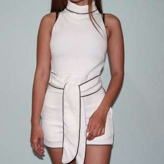 Set white top dan celana pendek