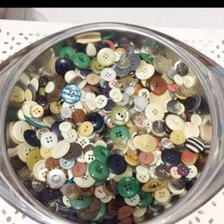 ASSORTED PLASTIC BUTTONS