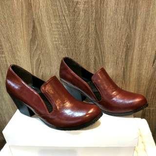 酒紅亮皮革粗跟鞋