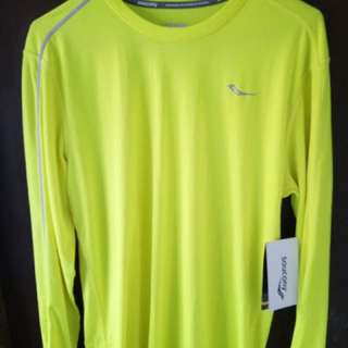 Saucony rash guard with tag