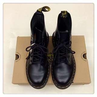 Dr.Martens-8孔亮皮馬汀靴-女款-黑色