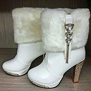 🚚 性感白色女鞋/冬季女靴中跟冬靴帶毛毛