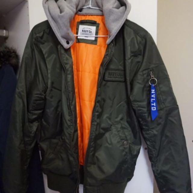 品牌服飾。CACO 飛行外套‧質感素面菱格鋪棉MA-1飛行外套‧鋪棉保暖有型 軍綠經典款