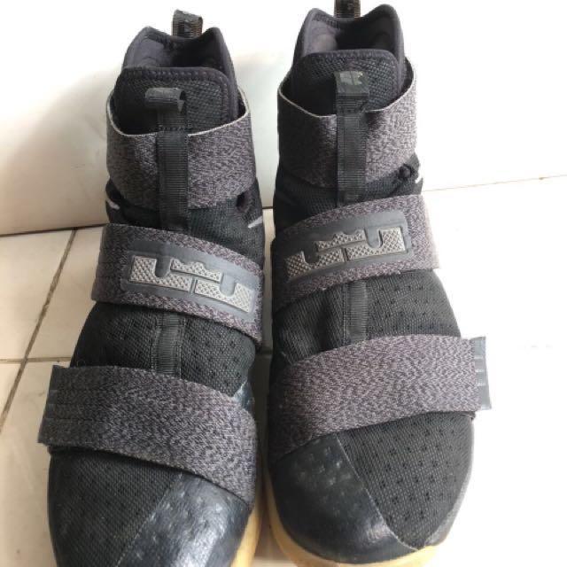 Sepatu basket Lebron Soldier