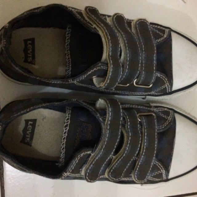 Sepatu levis ori