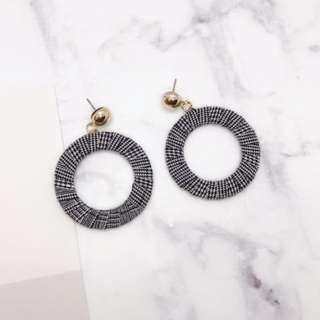 🚚 韓版質感格紋設計圓圈耳環