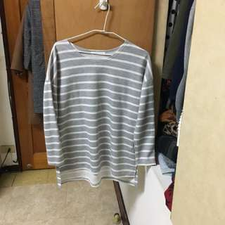 🚚 Lulus灰色前短後長條紋上衣