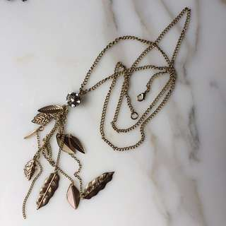 Long necklace with leaf details