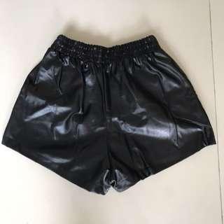 Celana kulit hitam