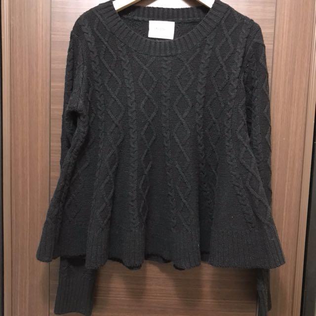 黑色短版傘狀毛衣