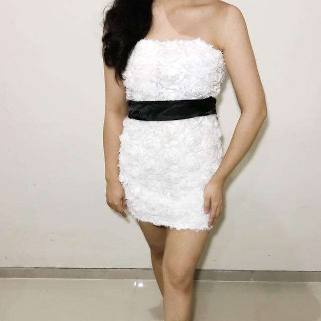 dress motif mawar putih