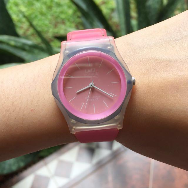 Jam tangan karet merk QnQ original warna pink muda diameter 3cm, kondisi mulus tanpa cacat dan mati karena batre habis dan blm sempet2 ketukang jam ganti batre. Kalau pas sampe ga nyala dah diganti batre, boleh dikembalikkan kesaya lagi.#maucolourpop
