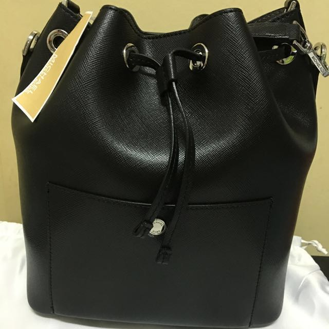 d6890f1c5a7fec Michael Kors Greenwich Large Bucket Bag, Luxury on Carousell