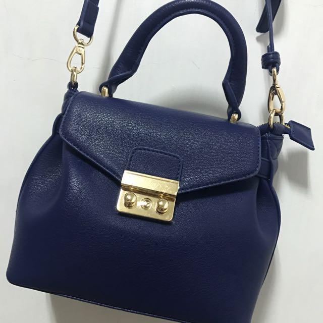 Pixy慵懶奢華小側背金鎖包-個性藍