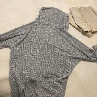 Grey sweater (Suzy shier)