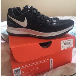 Hardly worn Nike Air Zoom Pegasus 33 size US6