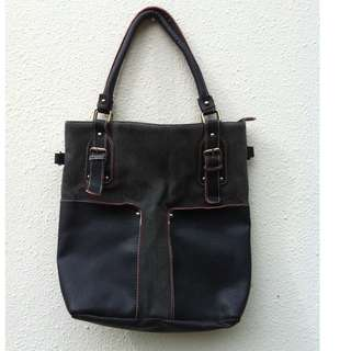 Black campus bag. Great for carrying A4 size file and notes. Dimension 48 x 26 x 11cm.