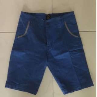 Celana pendek pria warna biru