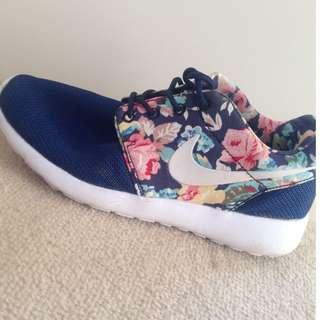 NIKE Roshe Runs Navy/Floral