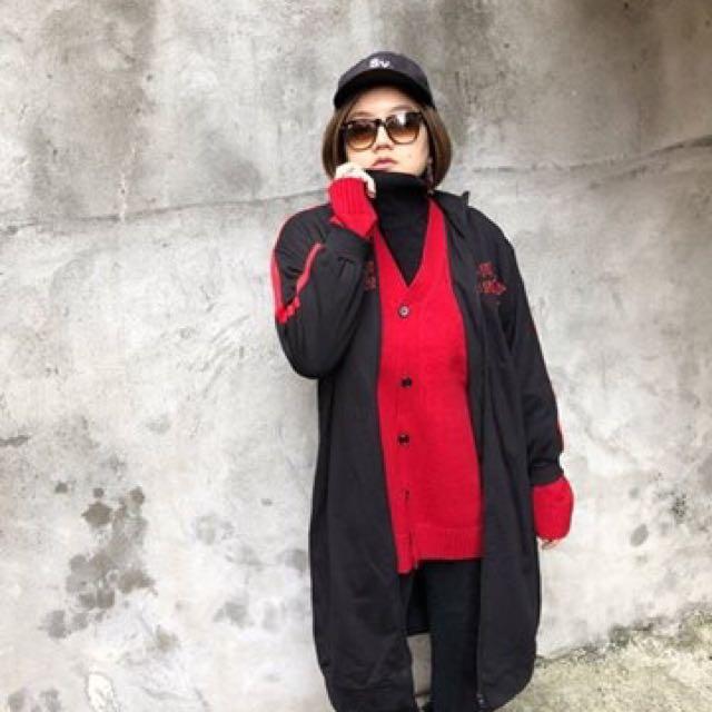 『微寬鬆衛衣式中長版刺繡紅槓槓帥氣外套』